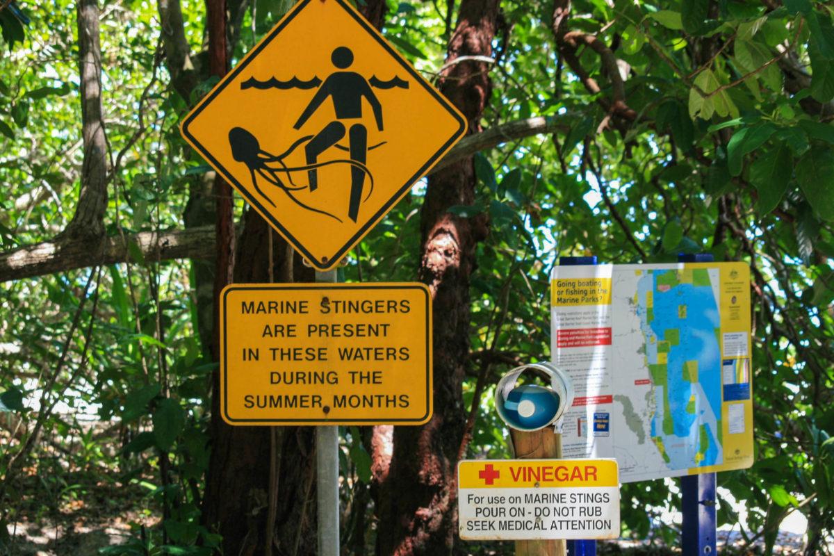 Warnschilder klären über die Gefahren etwa durch lebensbedrohliche Würfelquallen in Australien auf. Sie sollten auf keinen Fall ignoriert werden. - © monika porth / stock.adobe.com