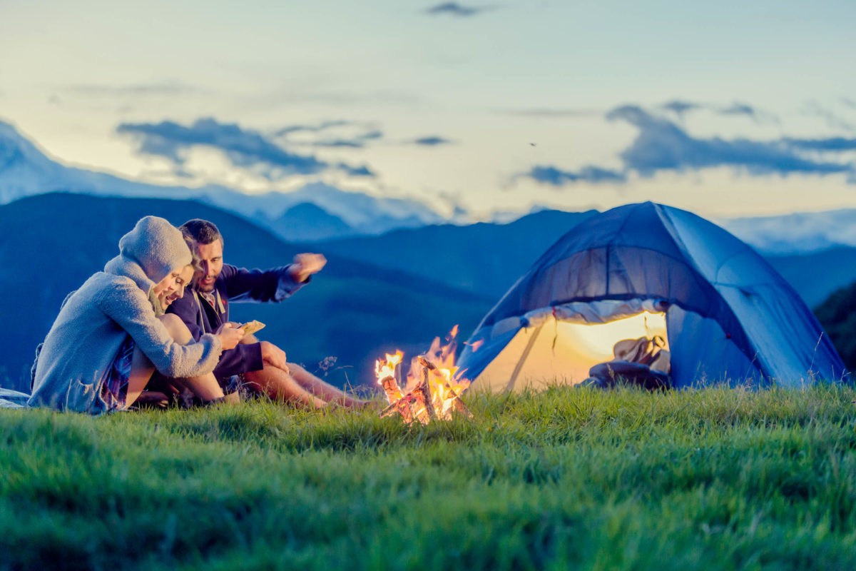 Camping in der Natur ist ein immer beliebterer Trend bei Urlaubsreisen - © ZoneCreative / stock.adobe.com