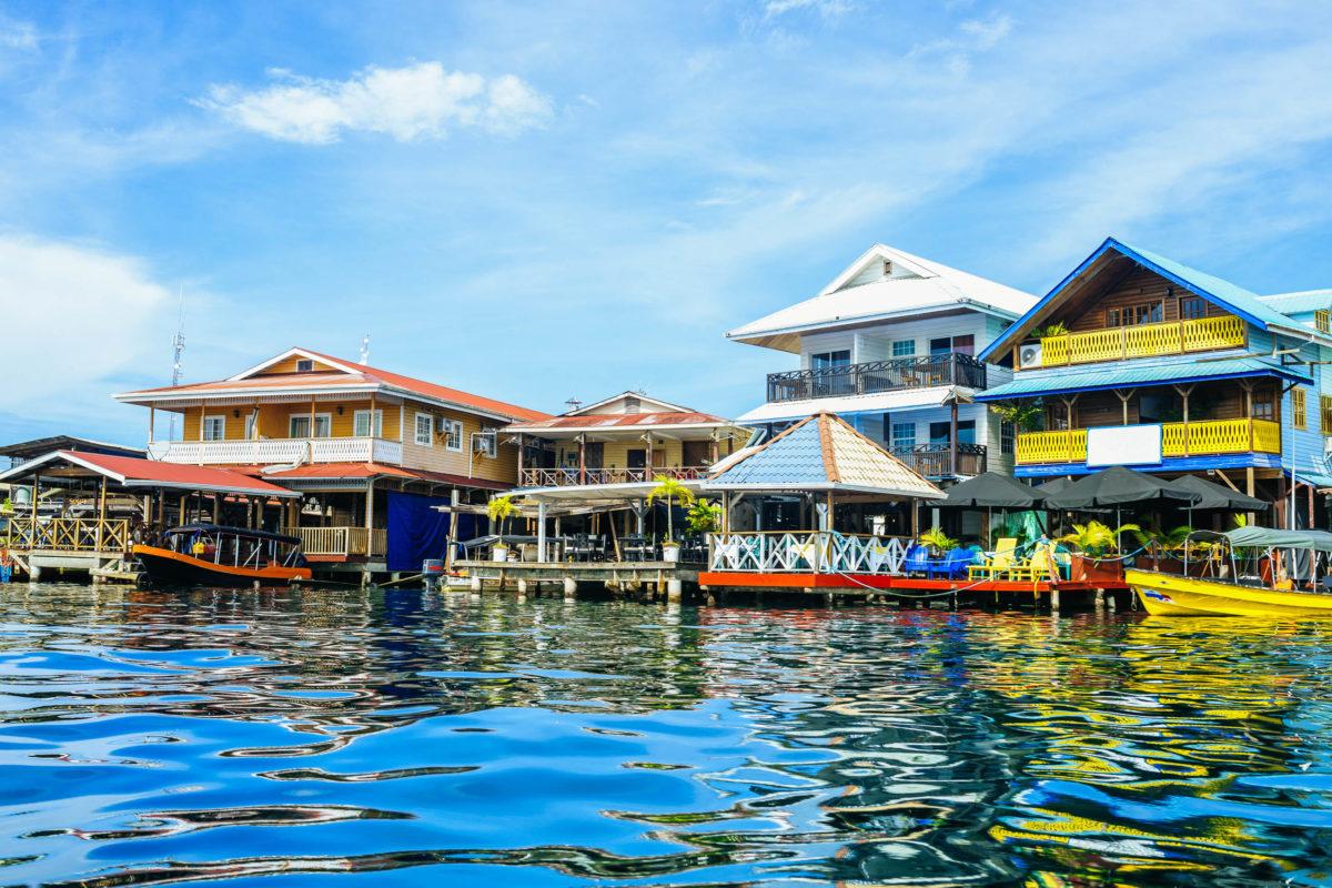 Die Bocas del Toro sind ein berühmter Surferspot und somit eine Anlaufstelle für Menschen aus aller Welt - © KikoStock / stock.adobe.com