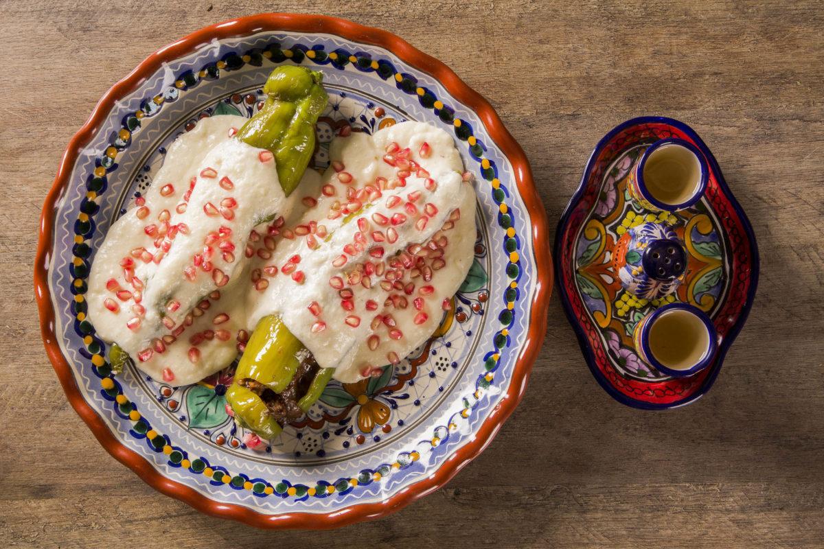 Poblano-Chilis werden in Mexiko mit gehacktem Fleisch, aromatischen Gewürzen und Obst gefüllt - © paulovilela / stock.adobe.com