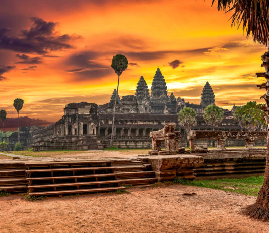 Die faszinierende Tempelanlage Angkor Wat aus dem 10. bis 15. Jahrhundert bei Sonnenaufgang, Kambodscha - © Muzhik / Shutterstock