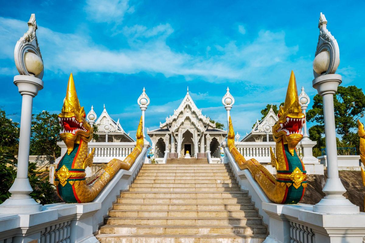 In der Stadt Krabi ist der Wat Kaew Tempel eines der vielen kulturellen Sehenswürdigkeiten, Thailand - © Kotangens / stock.adobe.com