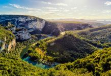 Ardèche: Spektakuläre Schluchten und faszinierende Unterwelt in Frankreich - © rz_photo / stock.adobe.com