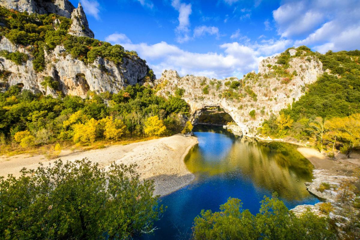 Der Fluss Ardèche hat in Millionen von Jahren einen tiefen Canyon in die Berglandschaft eingegraben, Frankreich - © Gaelfphoto / stock.adobe.com