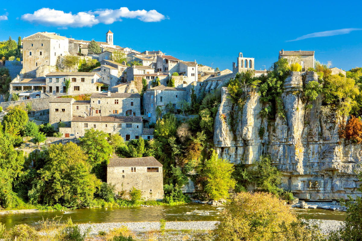 Hoch über der Erde auf einem Felsen liegt der malerische Ort Balazuc und zählt zu den schönsten Dörfern Frankreichs - © Richard Semik / stock.adobe.com