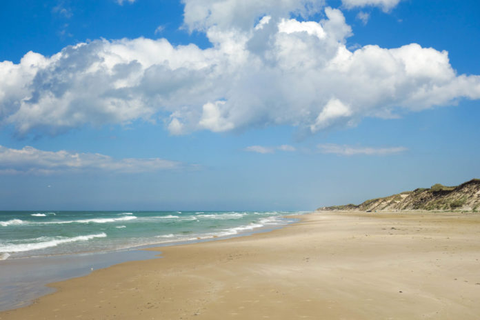 Feiner Sand und kristallklares Meer sorgen für perfekte Entspannung und unvergessliche Sonnenuntergänge an Dänemarks schönsten Nordsee-Stränden - © FRASHO / franks-travelbox