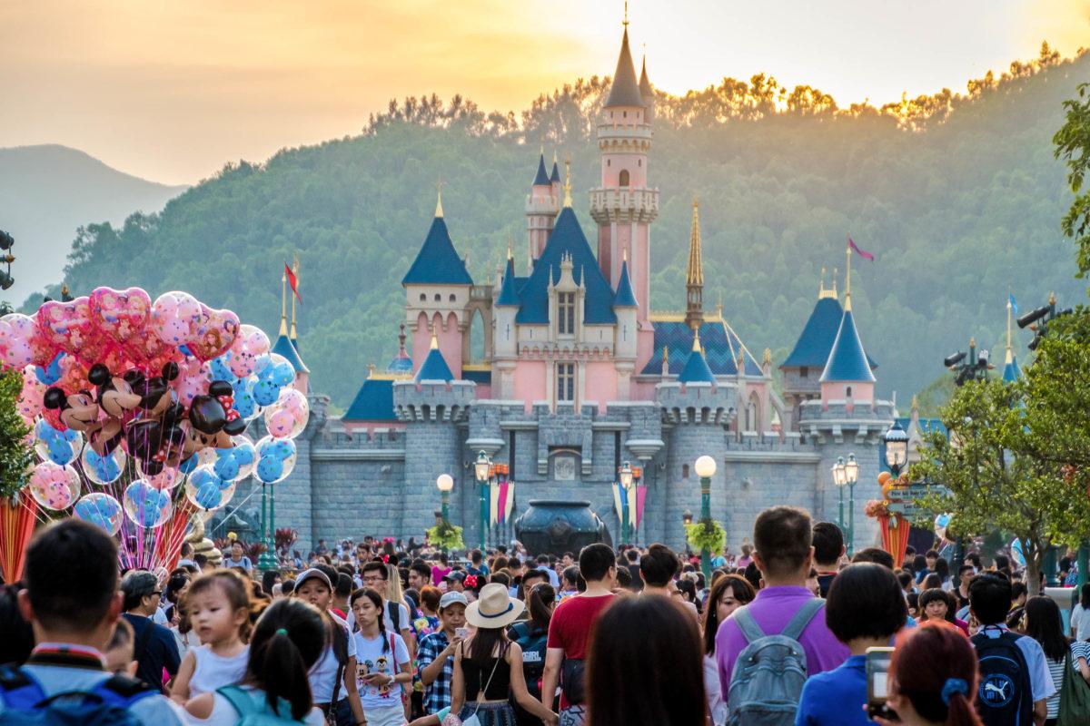Das Disneyland in Hongkong erfreut sich bei Touristen großer Beliebtheit und zählt mehr als acht Millionen Besucher jährlich - © Swedishnomad - Alex W / Shutterstock