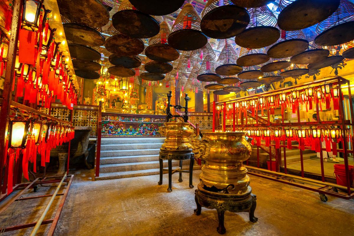 """Der älteste und zugleich schönste Tempel In Hongkong lautet auf den Namen """"Man Mo"""" und wurde im Jahr 1847 erbaut - © KanokpolTokumhnerd / Shutterstock"""