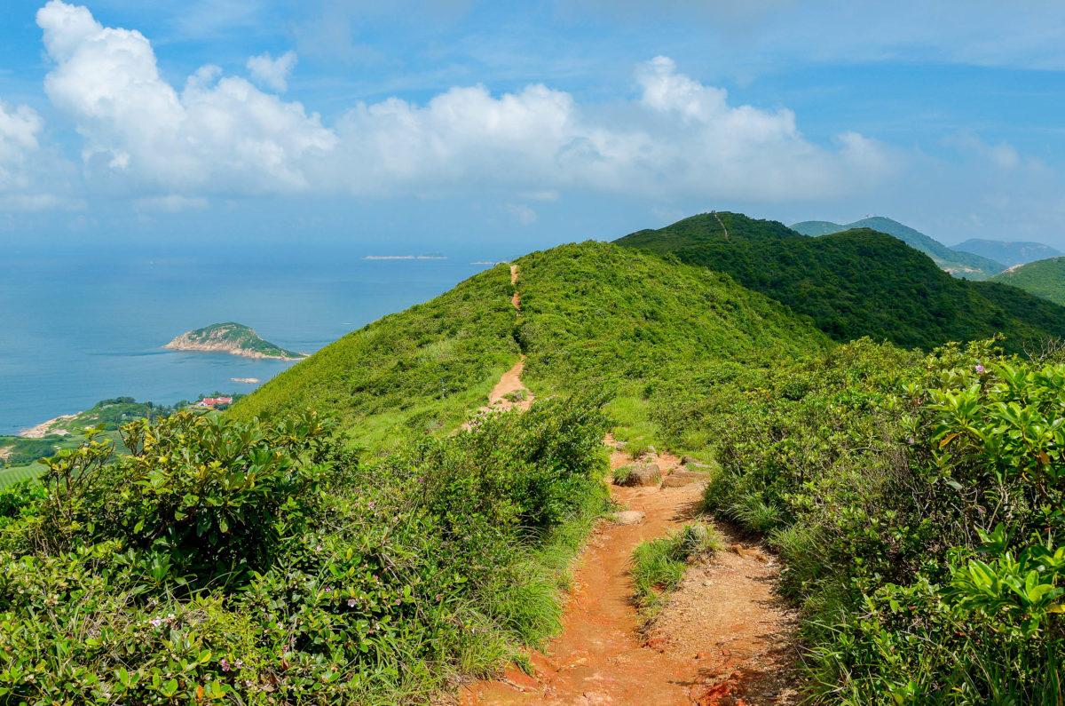 Der Dragon's Back außerhalb Hongkongs ist für seine unvergessliche Aussicht auf die Metropole berühmt - © JaySi / Shutterstock
