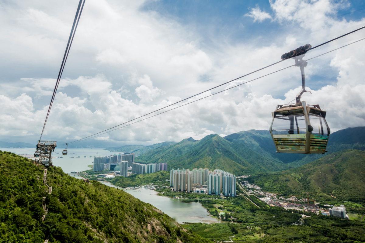 Die Cable Car Ngong Ping bietet eine 360 Grad Rundumsicht über Lantau Island bis zum Flughafen von Hongkong - © dbppstock88 / Shutterstock