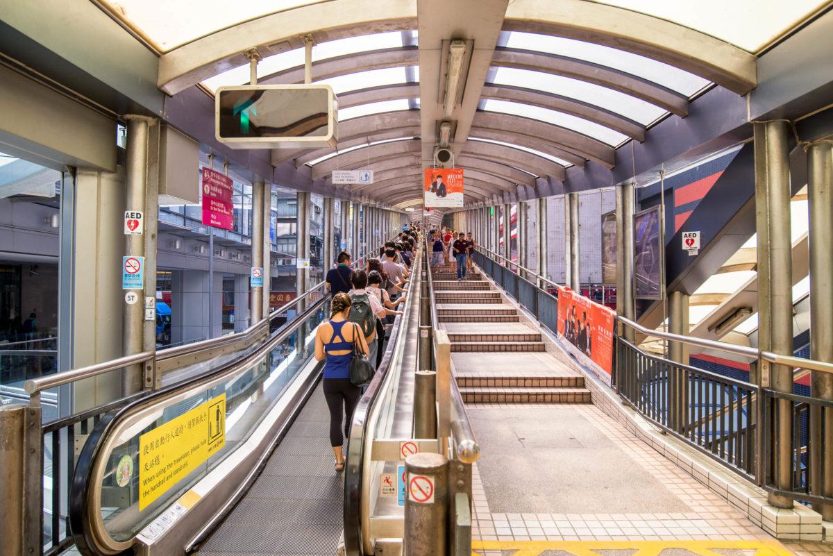 Weltberühmt ist die Rolltreppe von Hongkong namens Central Mid-Levels Escalator. - © martinho Smart / Shutterstock