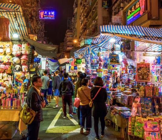 Wer in Hongkong zu Besuch ist, sollte mindestens einen der Straßenmärkte mit eigenen Augen gesehen haben - © Christian Mueller / Shutterstock