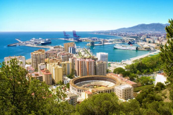 Kulturreisende ebenso wie Strandurlauber sollten sich einen Abstecher nach Malaga in Spanien keinesfalls entgehen lassen - © KikoStock / Shutterstock
