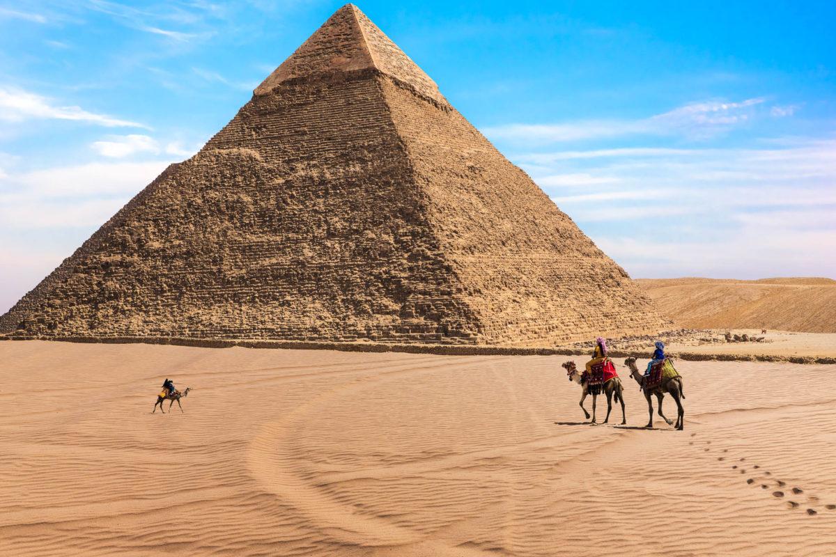 Die Chephren-Pyramide in Gizeh wurde vom Sohn des Cheops errichtet und war nur 2m kleiner als die seines Vaters, Ägypten - © AlexAnton / Shutterstock