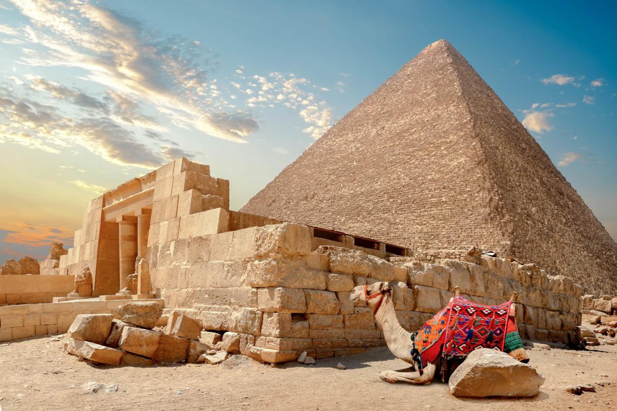Die Errichtung der Pyramiden von Gizeh in Ägypten wurde bereits Geistern und Außerirdischen zugeschrieben - © givaga / Shutterstock