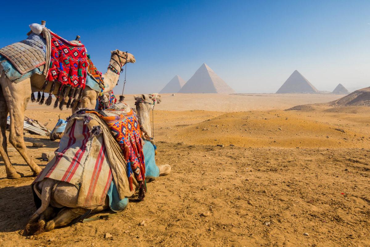 Die Pyramiden von Gizeh befinden sich in der Wüste von Ägypten westlich des Nil rund 15km von Kairo entfernt - © Kanuman / Shutterstock