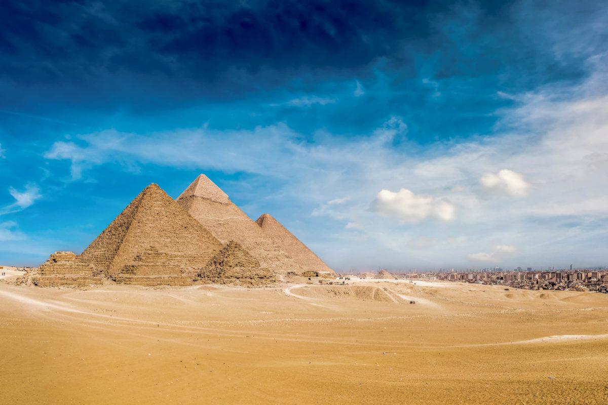 Die Pyramiden von Gizeh im Norden Ägyptens sind als einziges Weltwunder der Antike heute noch existent - © Guenter Albers / Shutterstock