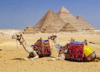 Die Pyramiden von Gizeh in der Wüste von Ägypten sind eine der meist besuchten Touristendestinationen der Welt - © EvrenKalinbacak / Shutterstock