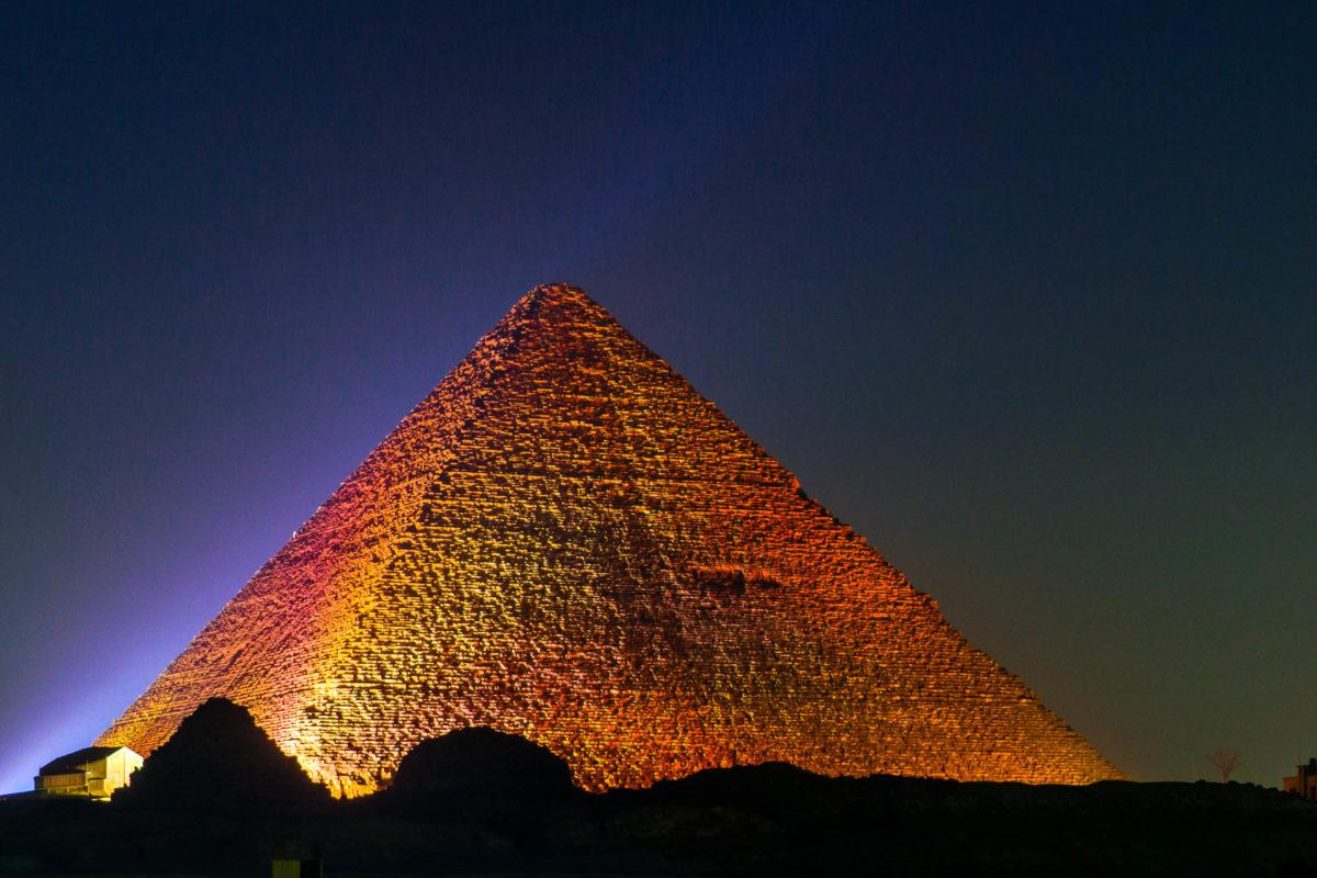Nach Einbruch der Dunkelheit erstrahlen die Pyramiden von Gizeh jeden Abend in einer Licht- und Projektionsshow, Ägypten - © Diego Fiore / Shutterstock
