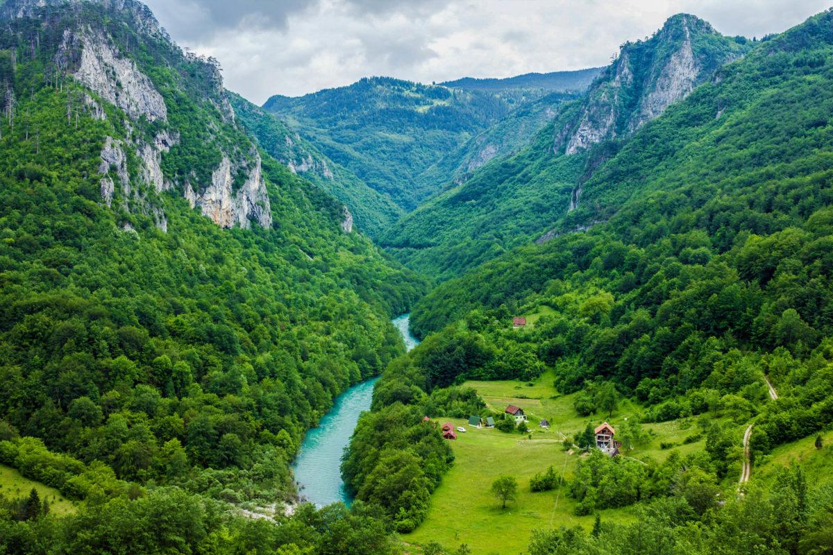 Die spektakuläre Tara-Schlucht ist ein besonderes Highlight im Durmitor-Nationalpark im Norden von Montenegro - © Travel Faery / Shutterstock