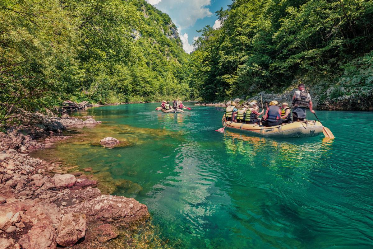 Rafting auf der Tara führt vorbei an Wasserfällen und wilden Quellen und präsentiert die Schönheit der Tara-Schlucht in ihrer ganzen Pracht, Montenegro - © Andrew Mayovskyy / Shutterstock