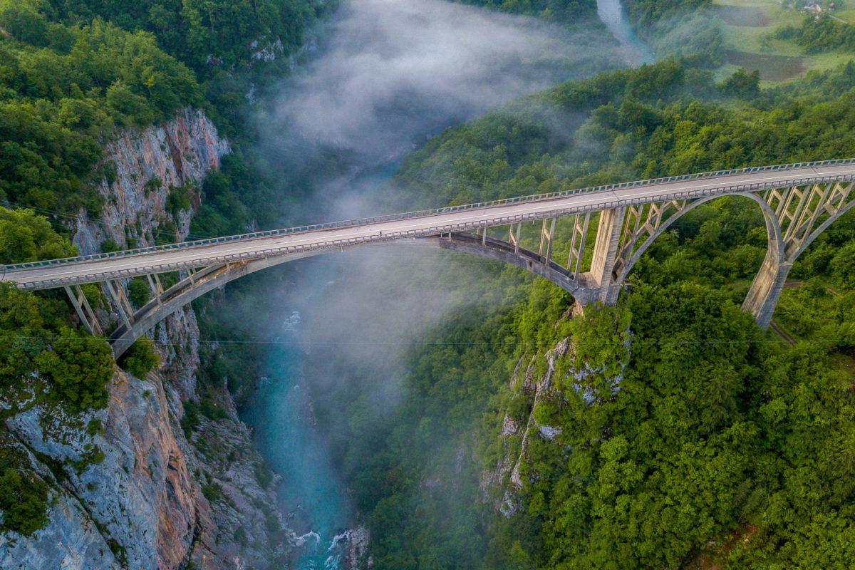Von der Tara-Brücke aus hat man einen spektakulären Ausblick in die Schlucht, deren Wände bis zu 1.600m in den Himmel streben, Montenegro - © Miroslava Durcatova / Shutterstock