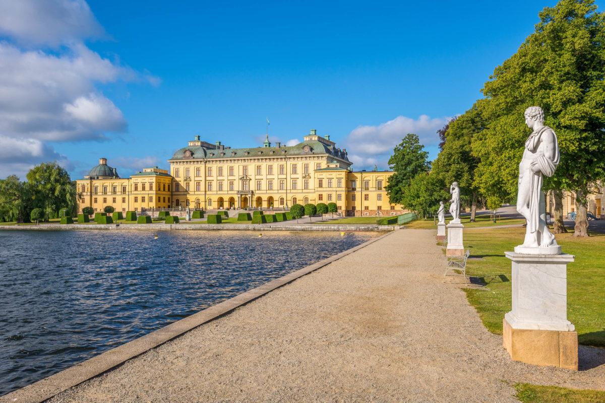 """Der Name von Schloss Drottningholm in Schweden bedeutet übersetzt """"Königininsel"""" - © Kalin Eftimov / Shutterstock"""