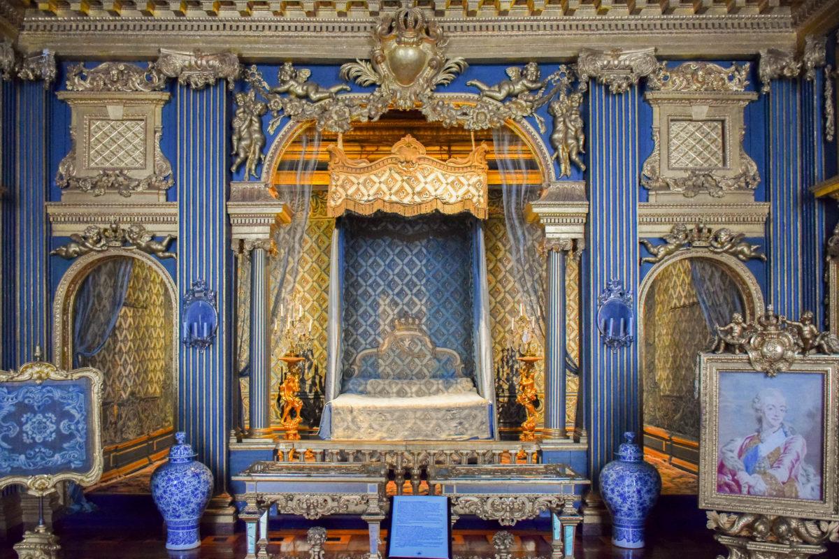 Die prunkvollen Räumlichkeiten der Königsfamilie im Schloss Drottningholm, Schweden, können zum Teil besichtigt werden - © Nonnanat Yooyuen / Shutterstock