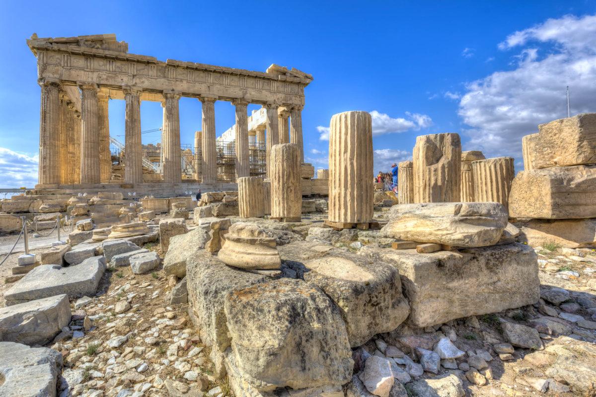 Der Parthenon besteht aus kostbarem weißen Marmor aus dem Penteli-Gebirge und ist rundherum mit 50 Säulen umgeben, Athen. Griechenland - © Anastasios71 / Shutterstock
