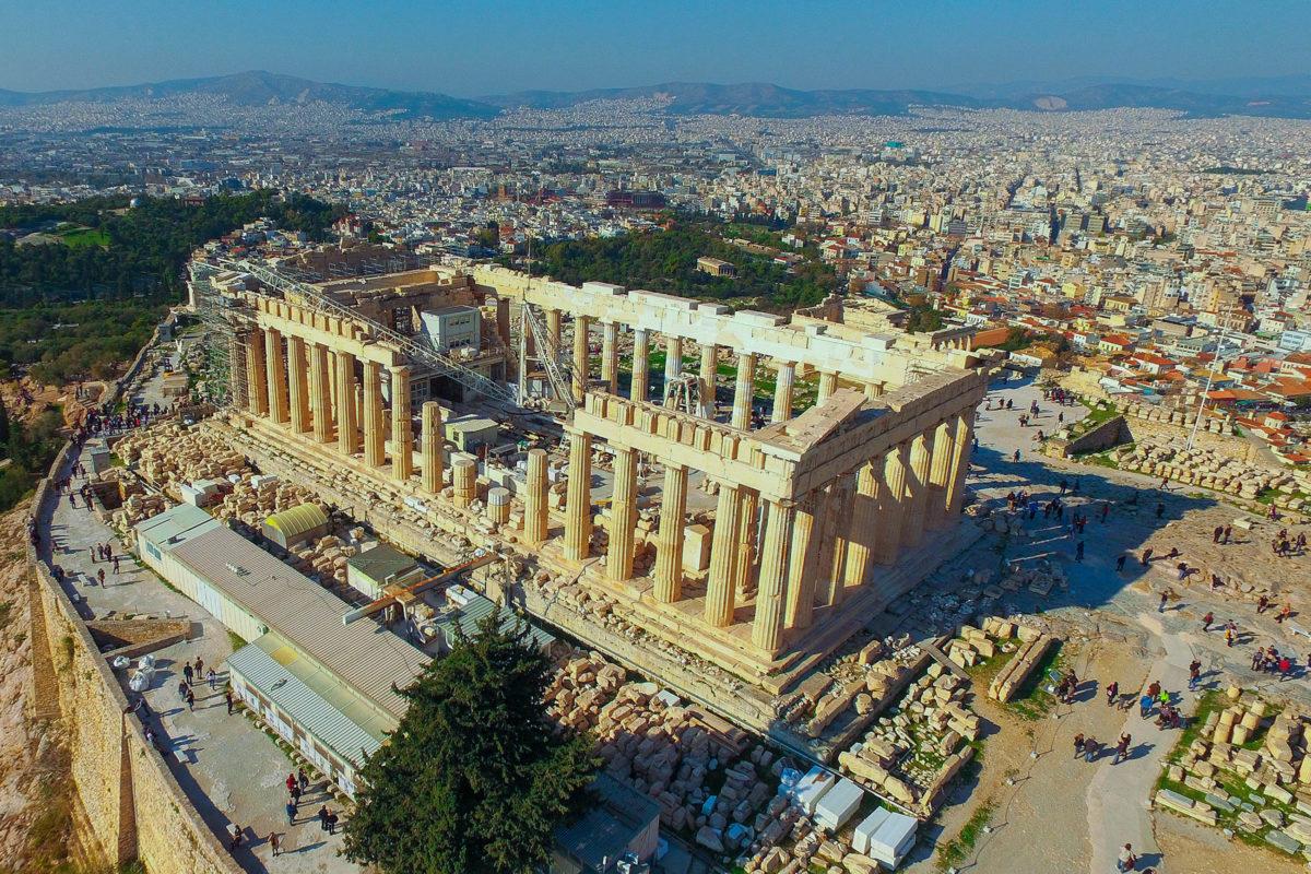 Der Parthenon ist der Haupttempel der Akropolis in der griechischen Hauptstadt Athen und befindet sich im Zentrum der prachtvollen Tempelanlage, Griechenland - © Aerial-motion / Shutterstock