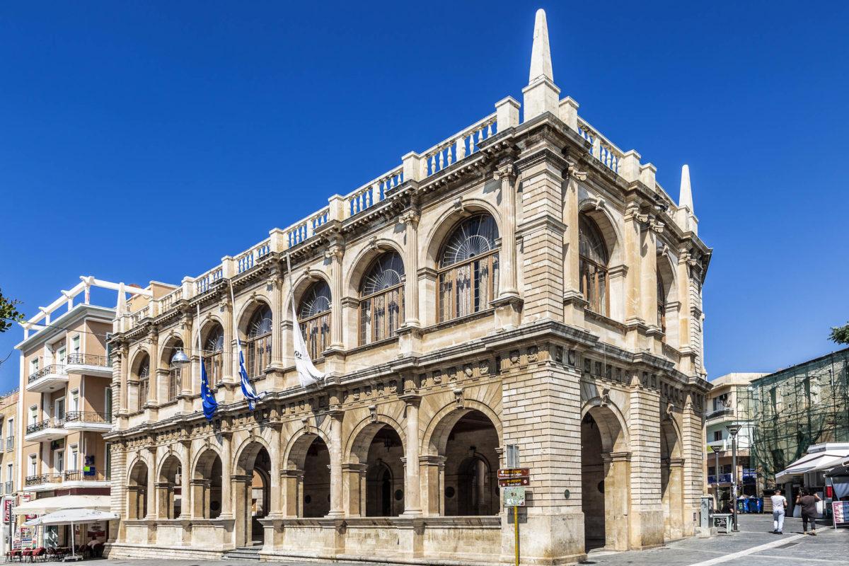Die Loggia aus dem 17. Jahrhundert beherbergt heute das Rathaus und gilt als schönstes Gebäude von Heraklion auf Kreta, Griechenland - © volkova natalia / Shutterstock