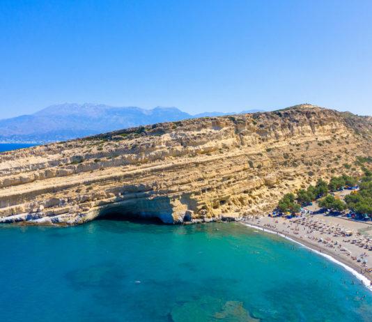 Blick auf die Höhlen von Matala und den Matala Beach, Kreta, Griechenland - © Georgios Tsichlis / Shutterstock