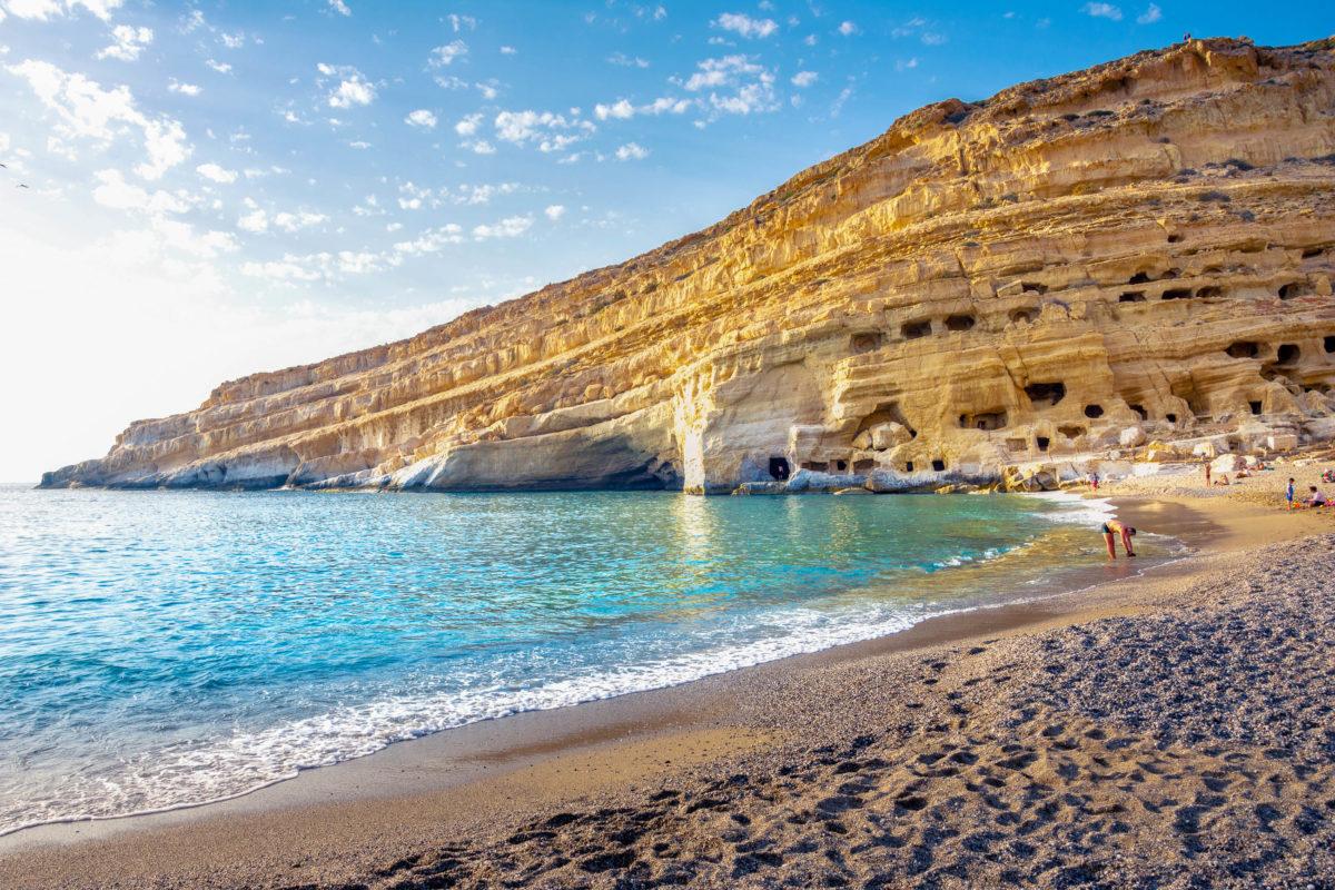 Jedes Jahr im Juni findet bei den Höhlen von Matala das dreitägige Matala Beach Festival mit Live-Musik regionaler Bands statt, Kreta, Griechenland - © Georgios Tsichlis / Shutterstock