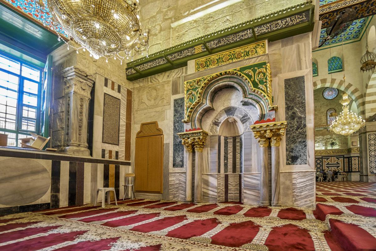 Blick auf einen der Altäre in der Al-Aqsa-Moschee in Jerusalem, Israel - © hikrcn / Shutterstock