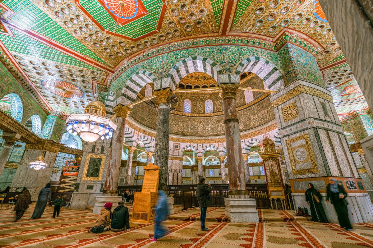 Innenansicht des Felsendoms in Jerusalem, einer der heiligsten Stätten von Christentum, Judentum und Islam, Israel - © NoyanYalcin / Shutterstock