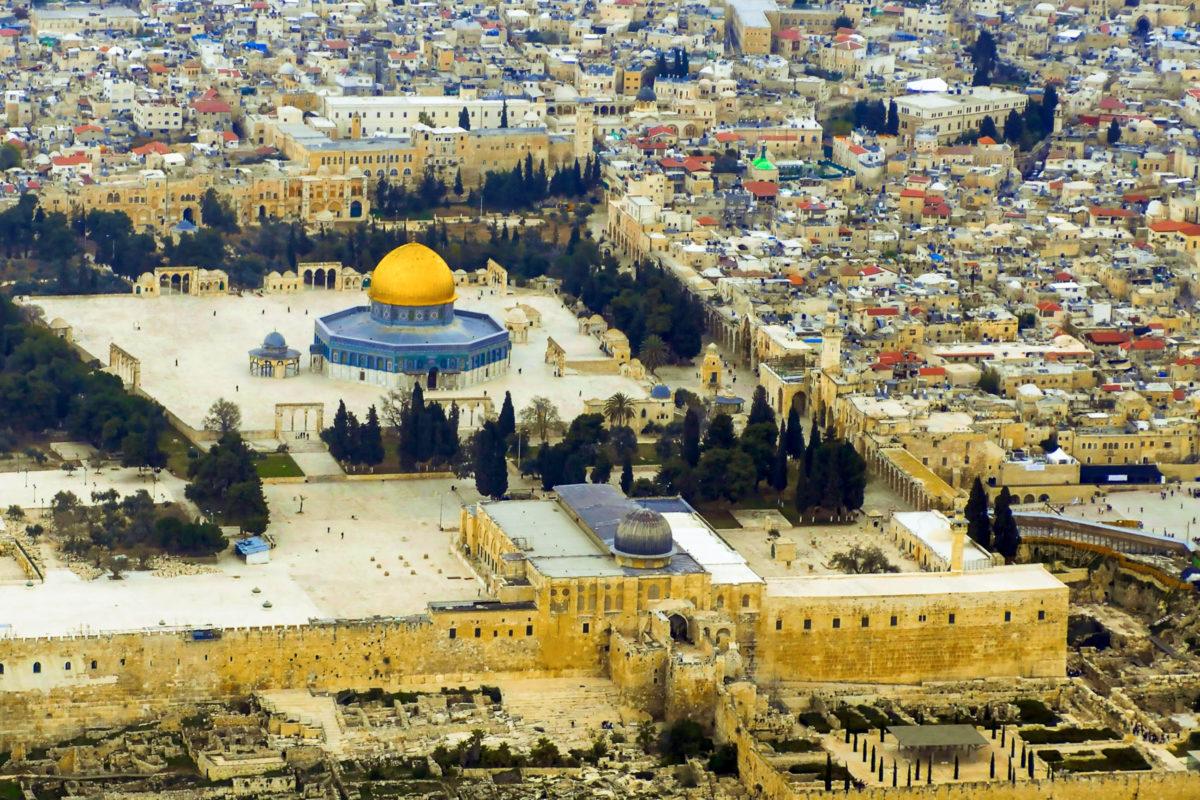 Luftaufnahme der Al-Aqsa-Moschee und des Felsendoms am Tempelberg in Jerusalem, Israel - © Photographer RM / Shutterstock