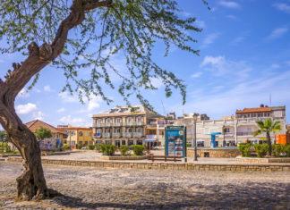 Der Praça de Santa Isabel markiert das Zentrum von Sal Rei, der Hauptstadt von Boa Vista, Kap Verden - © Salvador Aznar / Shutterstock