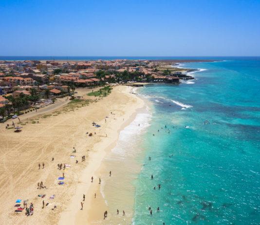 Blick aus der Luft auf den weitläufigen Strand von Santa Maria auf der Insel  Sal, Kap Verde - © Samuel Borges Photography / Shutterstock
