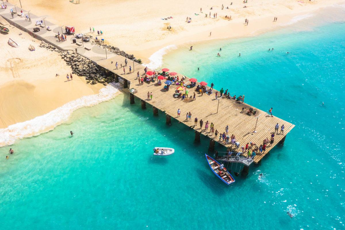 Hauptattraktion von Santa Maria ist der traumhafte, feinsandige Strand. Die Surf- und Tauchschulen reichen fast bis ans Wasser, Sal, Kap Verde - © Samuel Borges Photography / Shutterstock