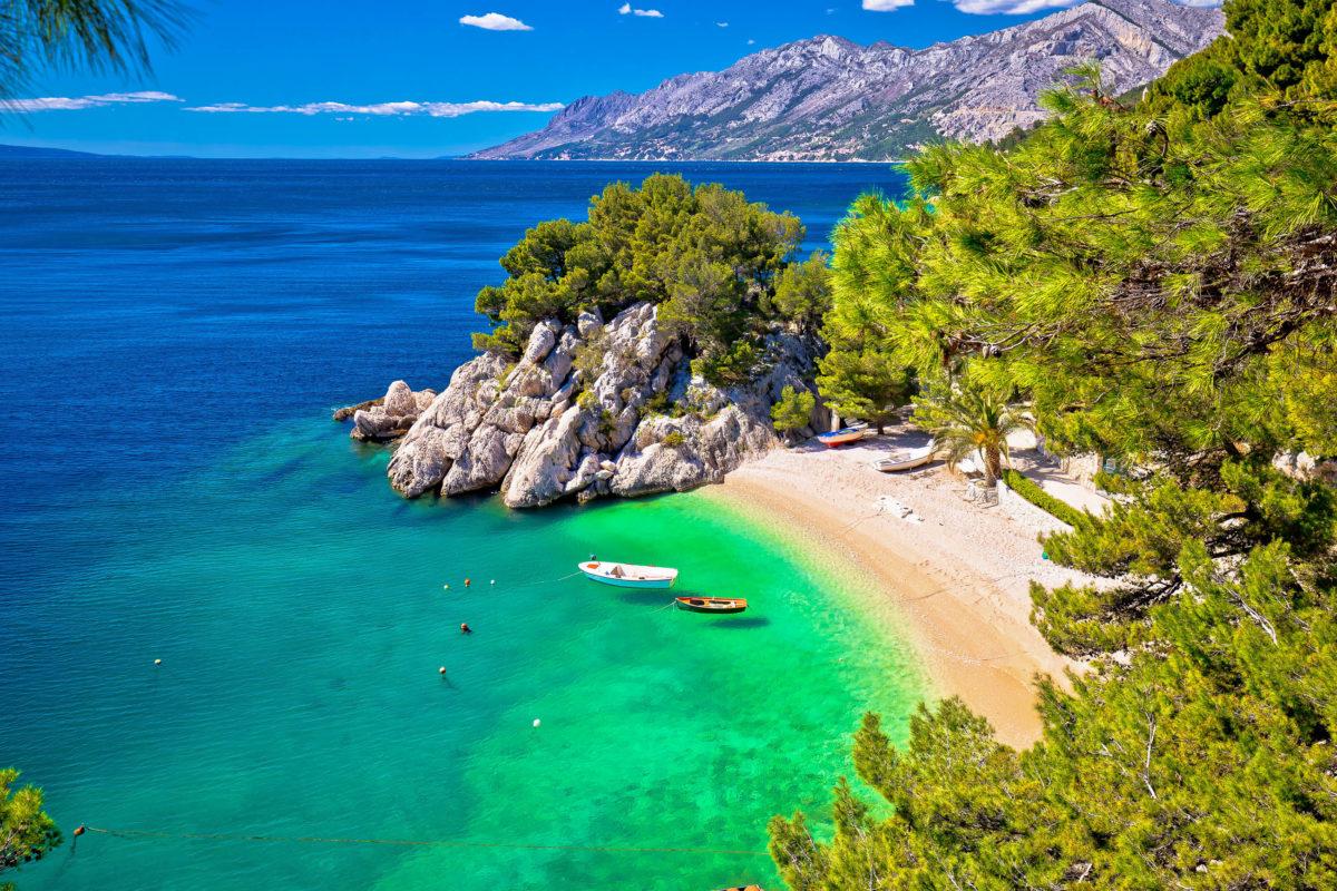 Am Urlaubsort Brela an der traumhaften Makarska Riviera liegt der trahlend weiße Strand Punta Rata, der von einem lauschigen Kiefernwäldchen gesäumt wird, Kroatien - © xbrchx / Shutterstock