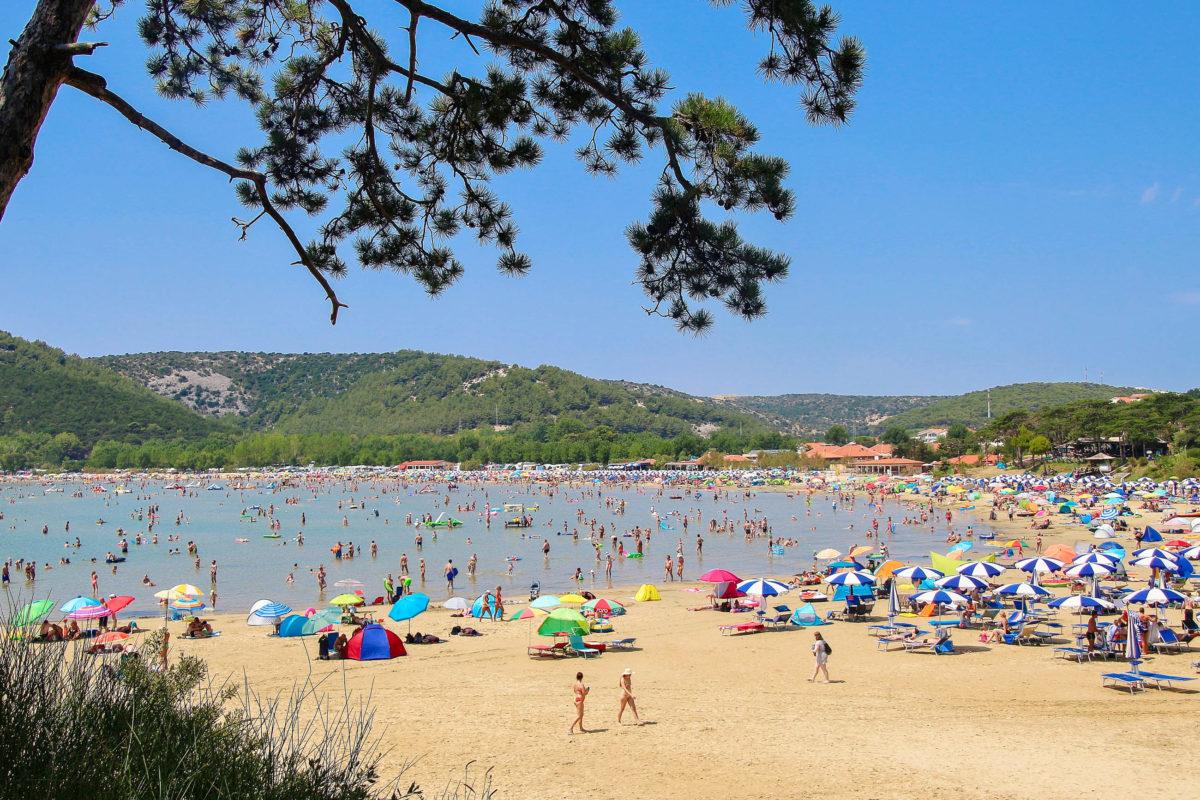 Der 1,5km lange Sandstrand Paradiso auf der Insel Rab begeistert Familien mit Kindern ebenso wie aktive Bade-Urlauber, Kroatien - © Uta Scholl / Shutterstock