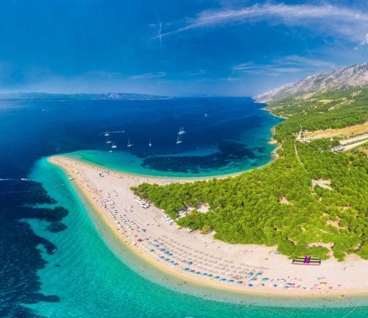 Luftaufnahme des berühmten Strands von Zlatni Rat bei Bol, Insel Brac, Kroatien - © Eva Bocek / Shutterstock
