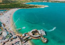 Mit seinen DJs, Strandbars, Beachvolleyball-Plätzen und einer Bungee Jumping Station treffen sich am Zrce Beach vor allem junge Kroatien-Urlauber - © ondrejsustik / Shutterstock