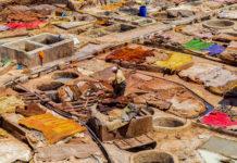 Ansicht der traditionellen Ledergerberei in der Medina von Marrakesch von der Terrasse des Berberladens Chez Hassan Hassan, Marokko - © Andocs / Shutterstock