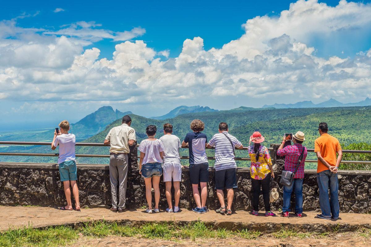 Vom Black River Gorges Viewpoint fällt der Blick bei klarem Wetter über die gesamte tief bewaldete Schlucht bis hin zur Küste, Mauritius - © byvalet / Shutterstock