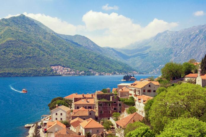 Das schmucke Perast war einst florierendes Seefahrerzentrum in der Bucht von Kotor und wurde Ende des 20. Jahrhunderts komplett restauriert, Montenegro - © Olga Ilinich / Shutterstock