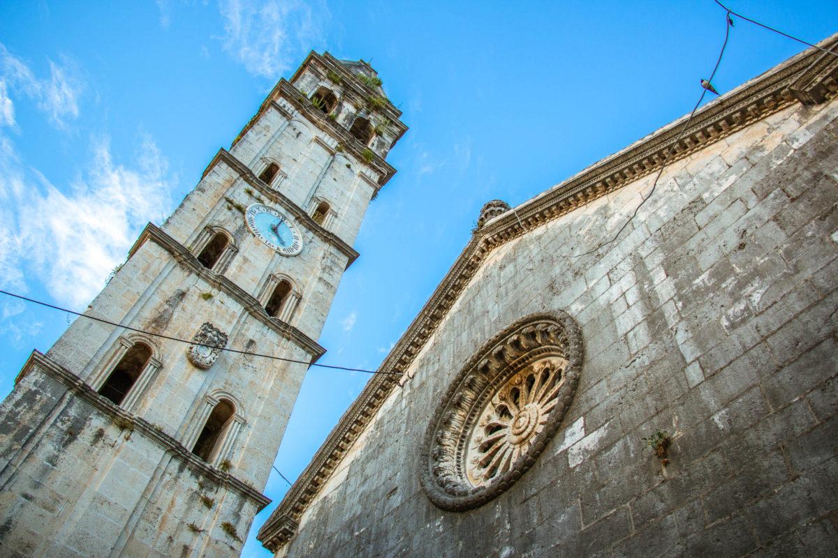 Der 55m hohe Glockenturm der Kirche des Hl. Nikolaus in Perast ist der höchste in der gesamten Bucht von Kotor, Montenegro - © BoPhotoAdventures / Shutterstock