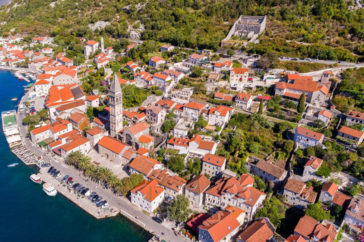 Luftaufnahme der Stadt Perast in der Bucht von Kotor, Montenegro - © Aleksei Kazachok / Shutterstock