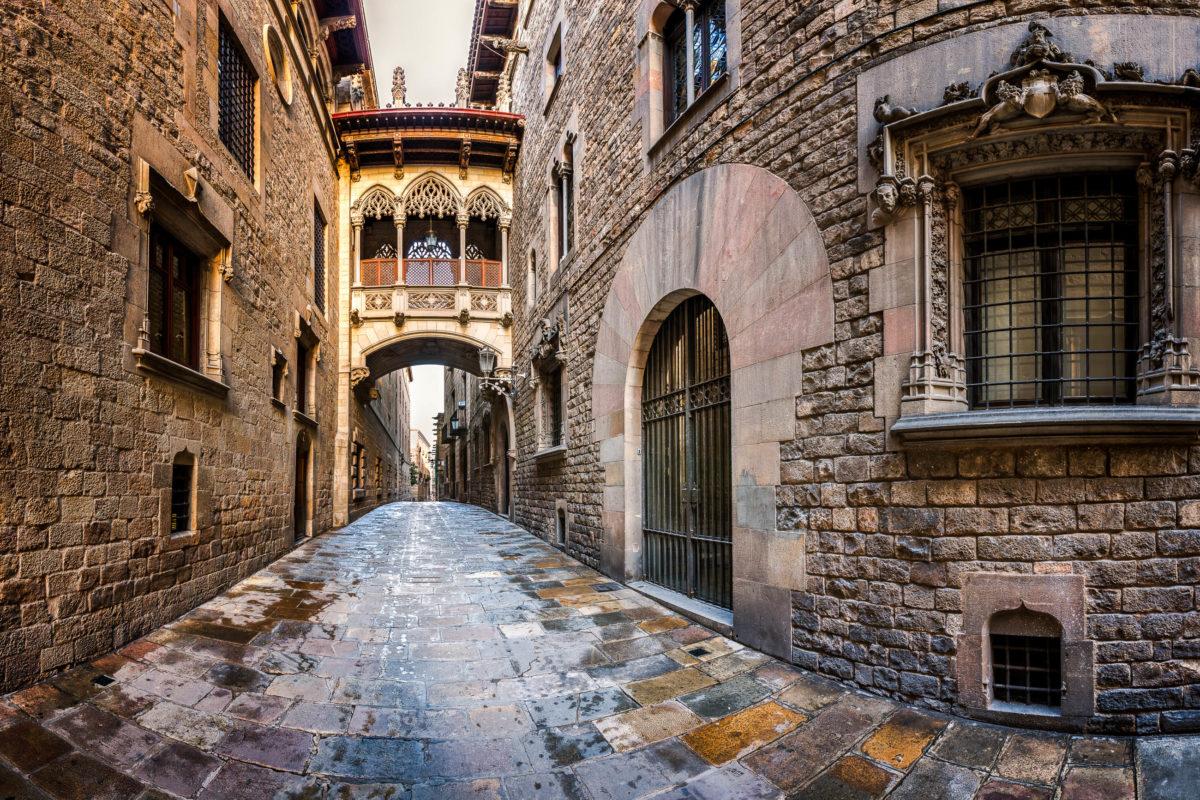 Das Barri Gòtic in Barcelona ist geprägt von kleinen, verwinkelten Gassen, in denen zauberhafte Cafés und Läden zum Genießen und Entdecken einladen, Spanien - © ansharphoto / Shutterstock
