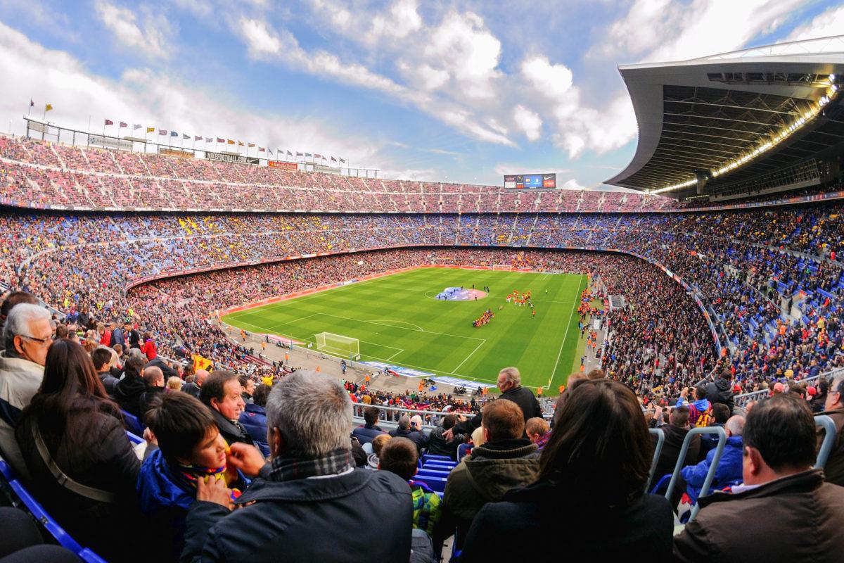 Das Camp Nou Stadion in Barcelona wurde im Jahr 1957 nach dreijähriger Bauzeit eingeweiht und verfügt über 98.000 Zuschauerplätze, Spanien - © Christian Bertrand / Shutterstock